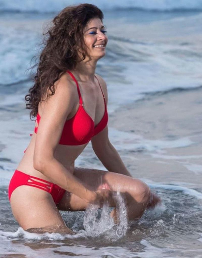 hot-pooja-batra-bikini-pictures-raising-heat-in-sea-water