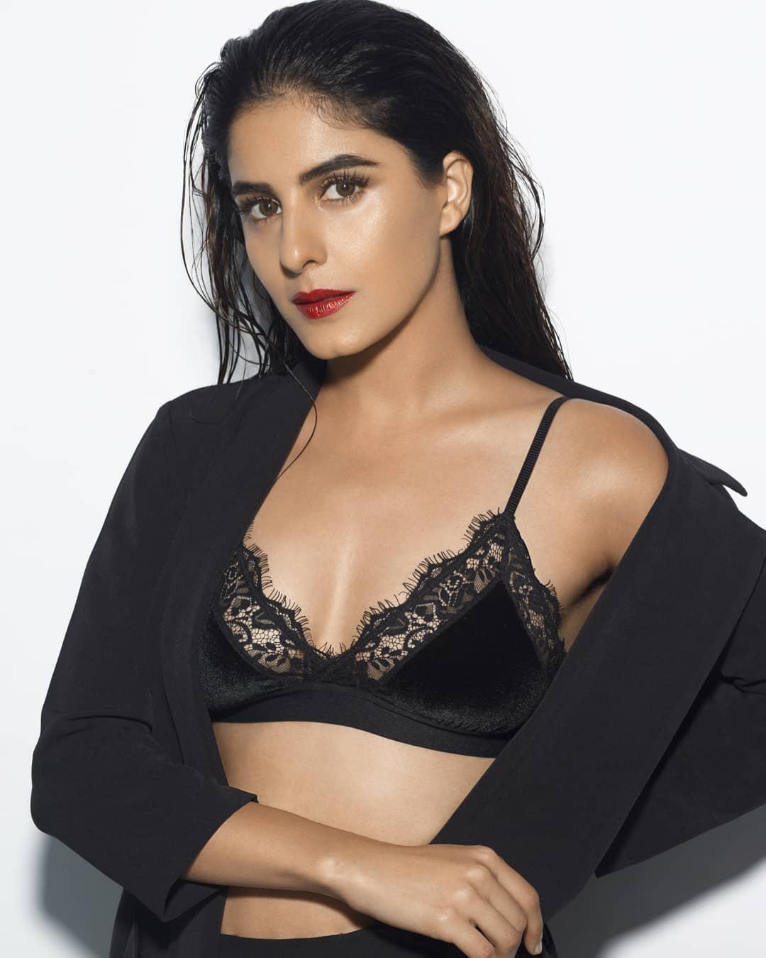 isha-talwar-cleavage-show-in-net-bikini-bra