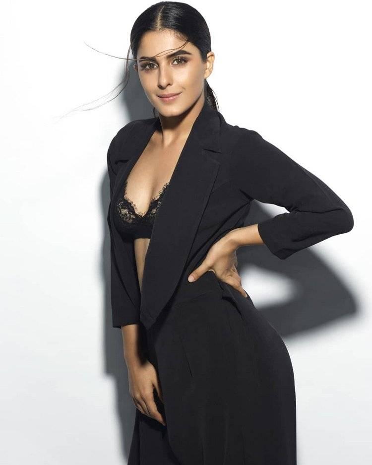 isha-talwar-hot-photoshoot-in-bikini-showing-her-deep-cleavage