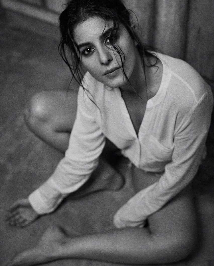mirzapur-2-actress-isha-talwar-bikini-photo-shoot-showing-her-hot-and-sexy-legs