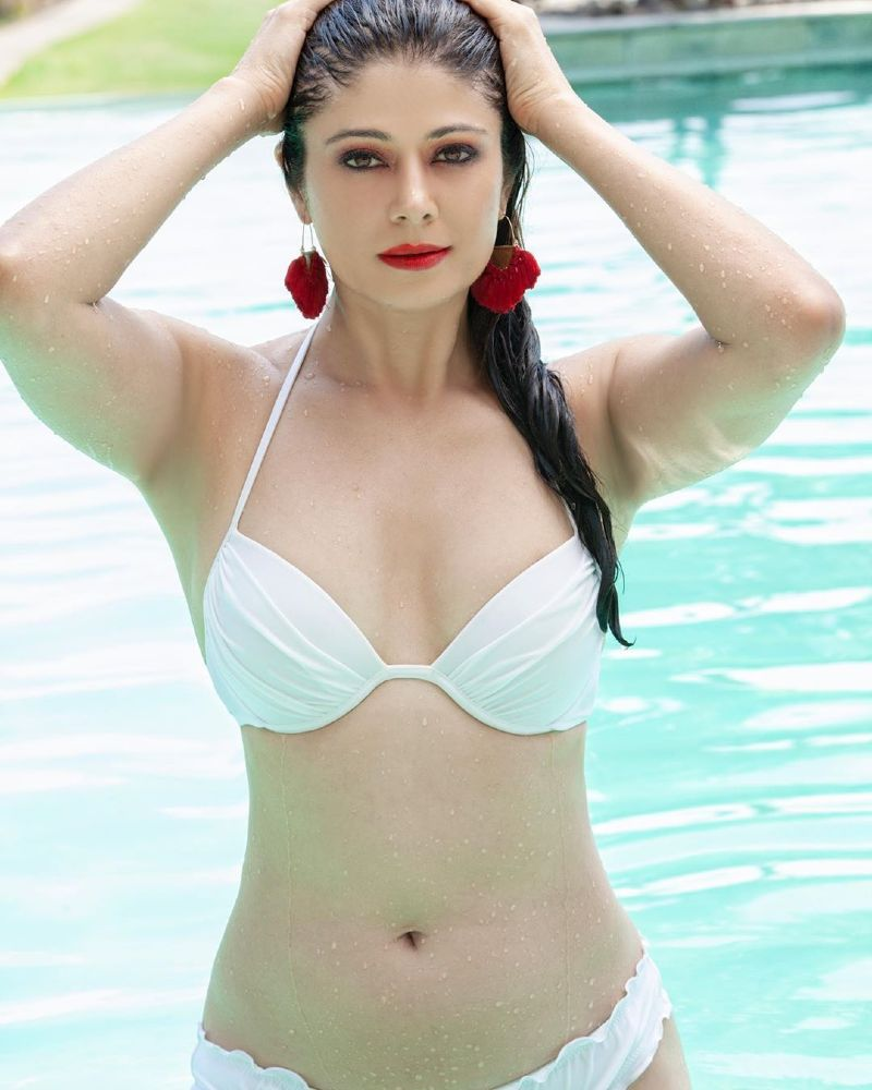 pooja-batra-bikini-images-raises-the-temperature-in-pool