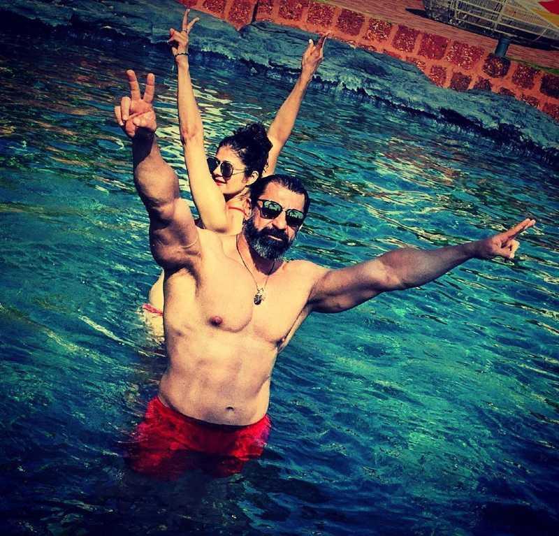 bollywood-bikini-babe-pooja-batra-bikini-pictures-in-pool-with-nawab-shah-romantic-pics
