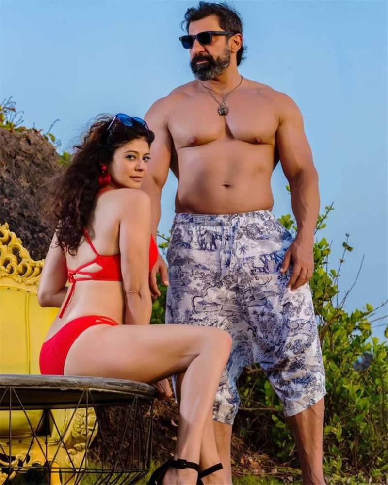 pooja-batra-butt-ass-show-in-bikini