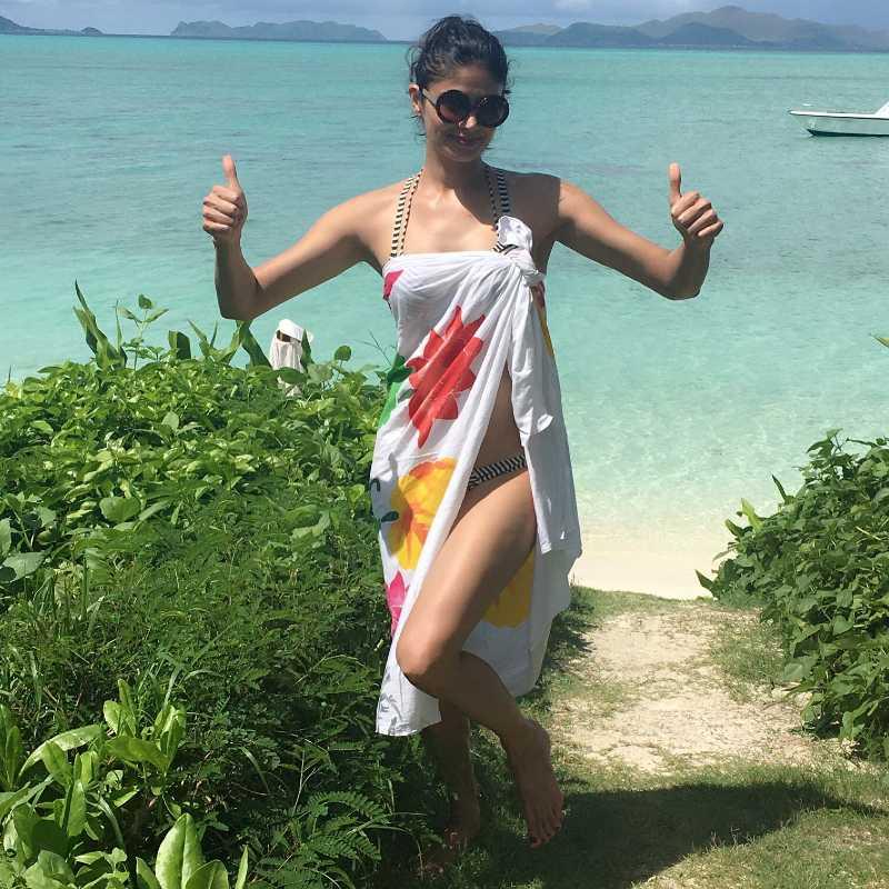 bollywood-bikini-babe-pooja-batra-in-bikini-having-fun-on-beach