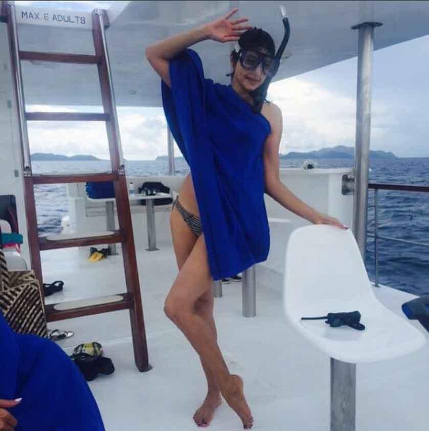 pooja-batra-in-bikini-on-yatch-enjoying-the-moment