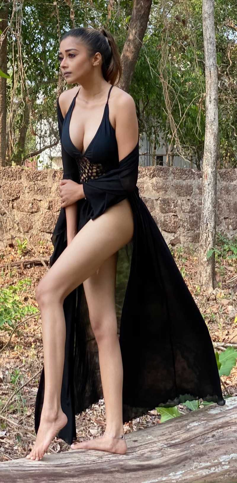 tina-datta-display-her-hot-ass-legs-in-black-bikini