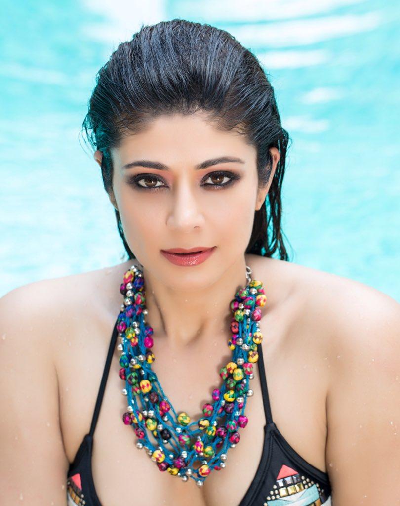 wet-pooja-batra-displaying-her-deep-cleavage-in-bikini-while-swimming