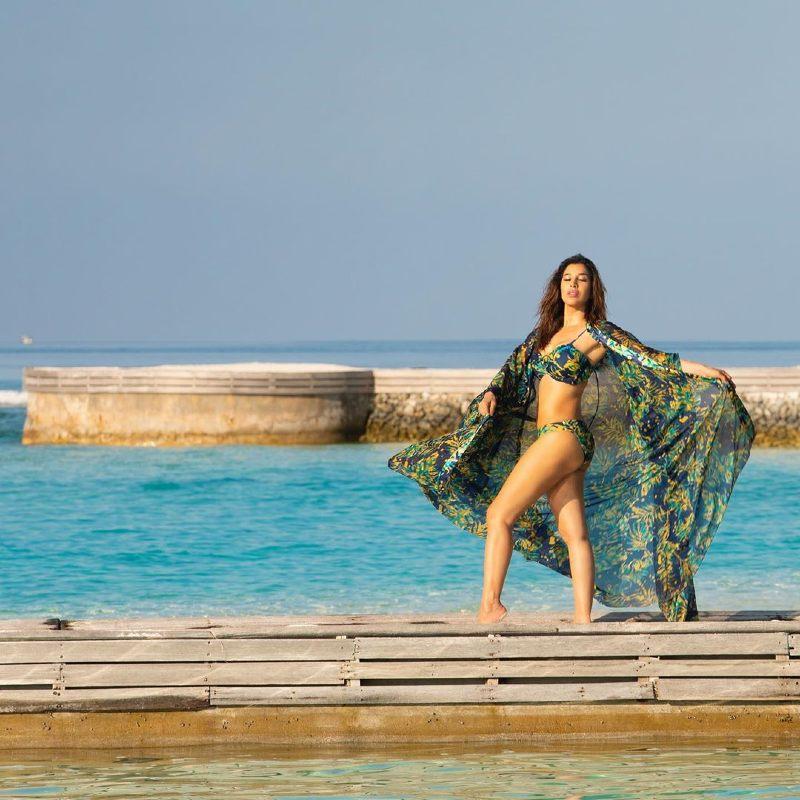Bombshell-Sophie-Choudry-in-bikini-giving-hot-pose
