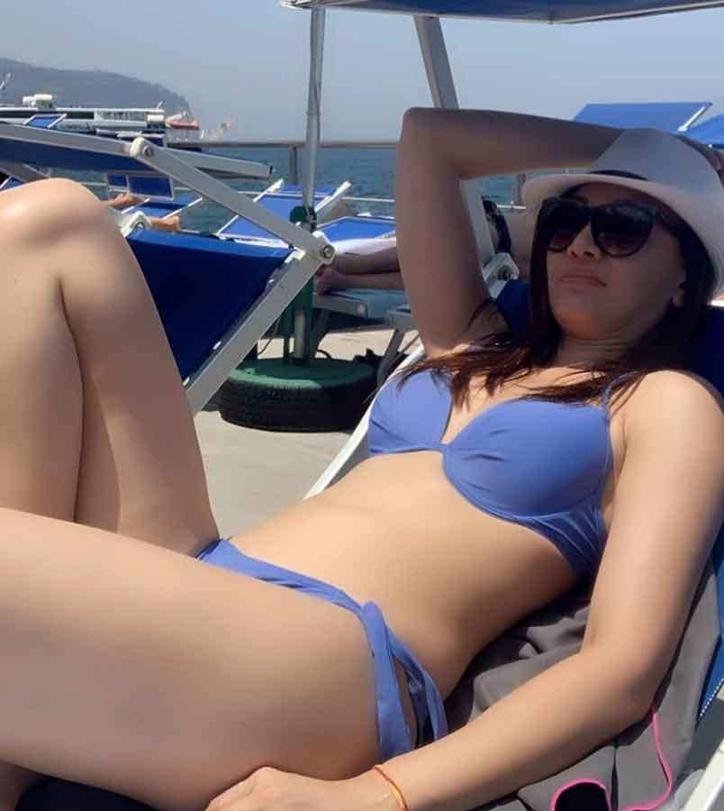 bollywood-actress-shefali-jariwala-in-bikini-shows-off-her-sexy-figure