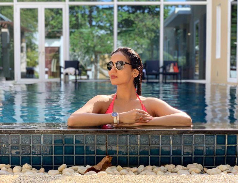 hot-figure-of-sonal-chauhan-in-bikini-under-water-increase-the-heat