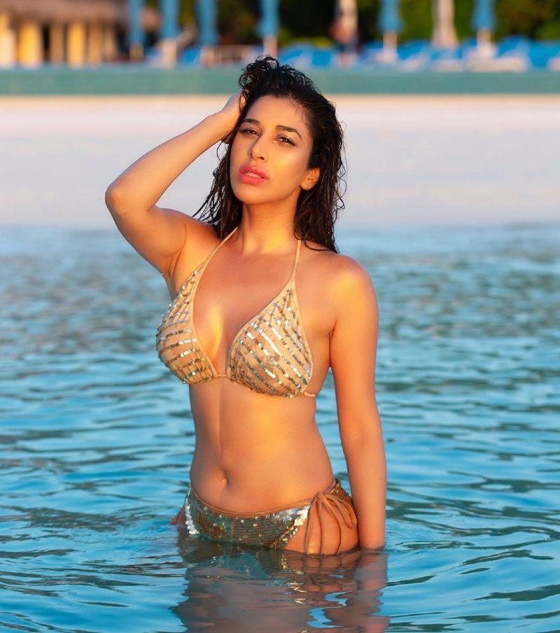 hot-sophie-choudry-in-bikini-in-sea-raising-the-water-temperature