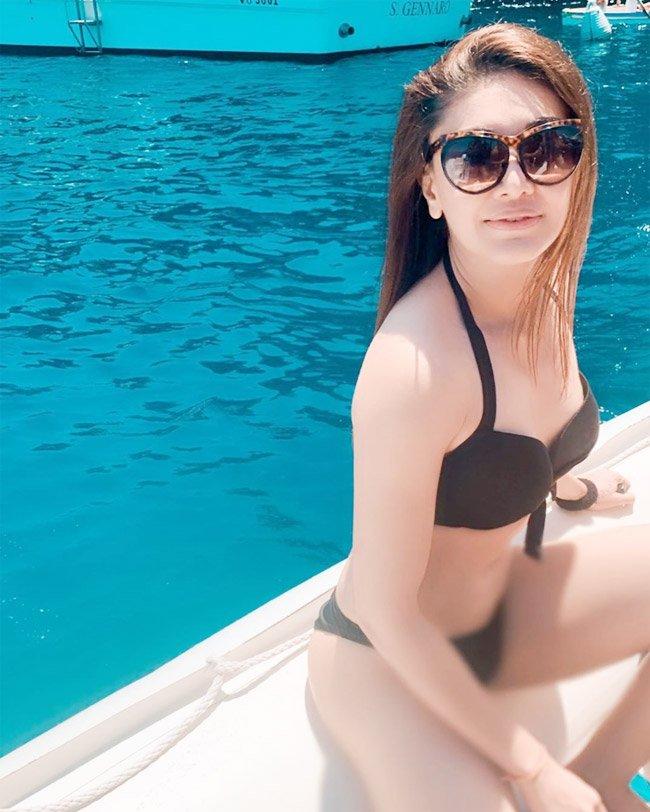 sexy-shefali-jariwala-in-bikini-flaunting-her-hot-body