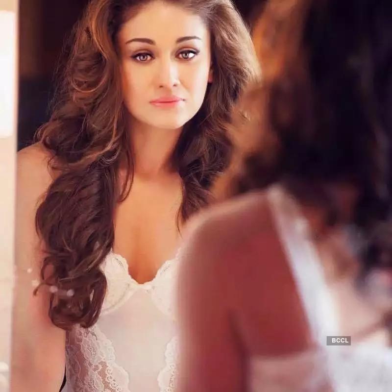indian-actress-shefali-jariwala-hot-photos-in-lingerie-facing-herself-in-mirror