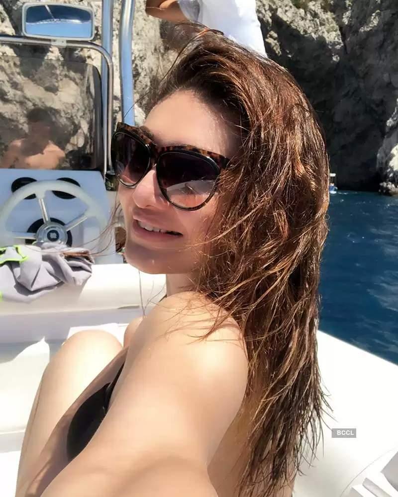 bollywood-babe-shefali-jariwala-in-bikini-on-vacation-having-fun-on-yatch
