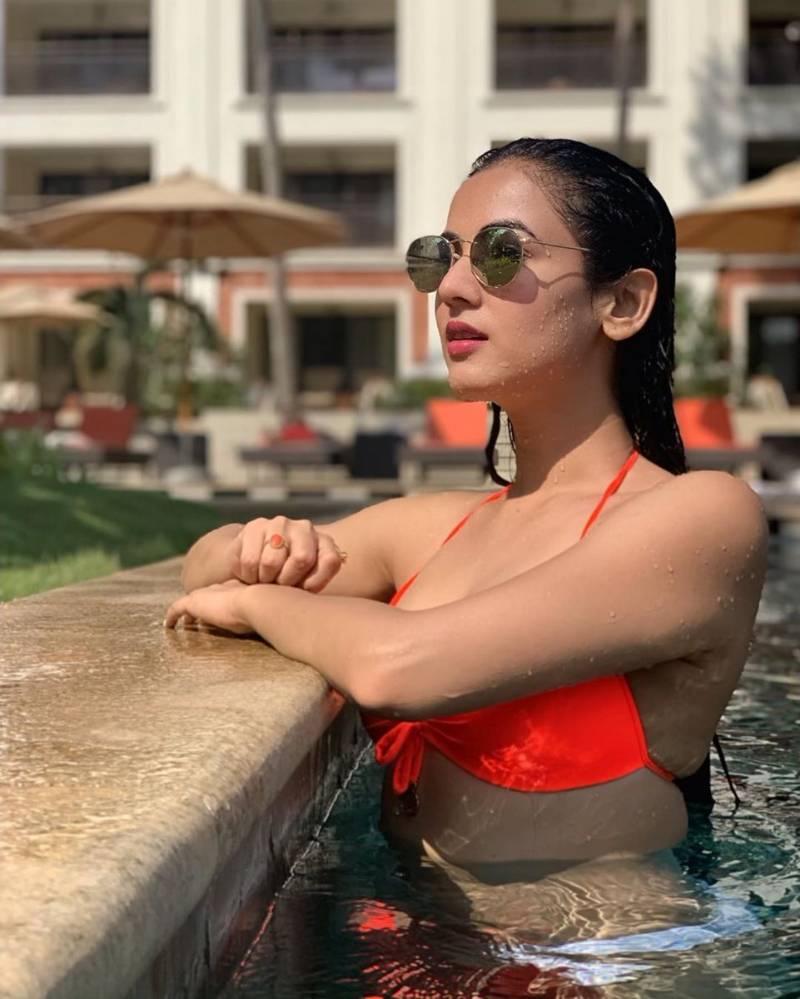 sonal-chauhan-hot-wet-look-in-bikini-while-swimming