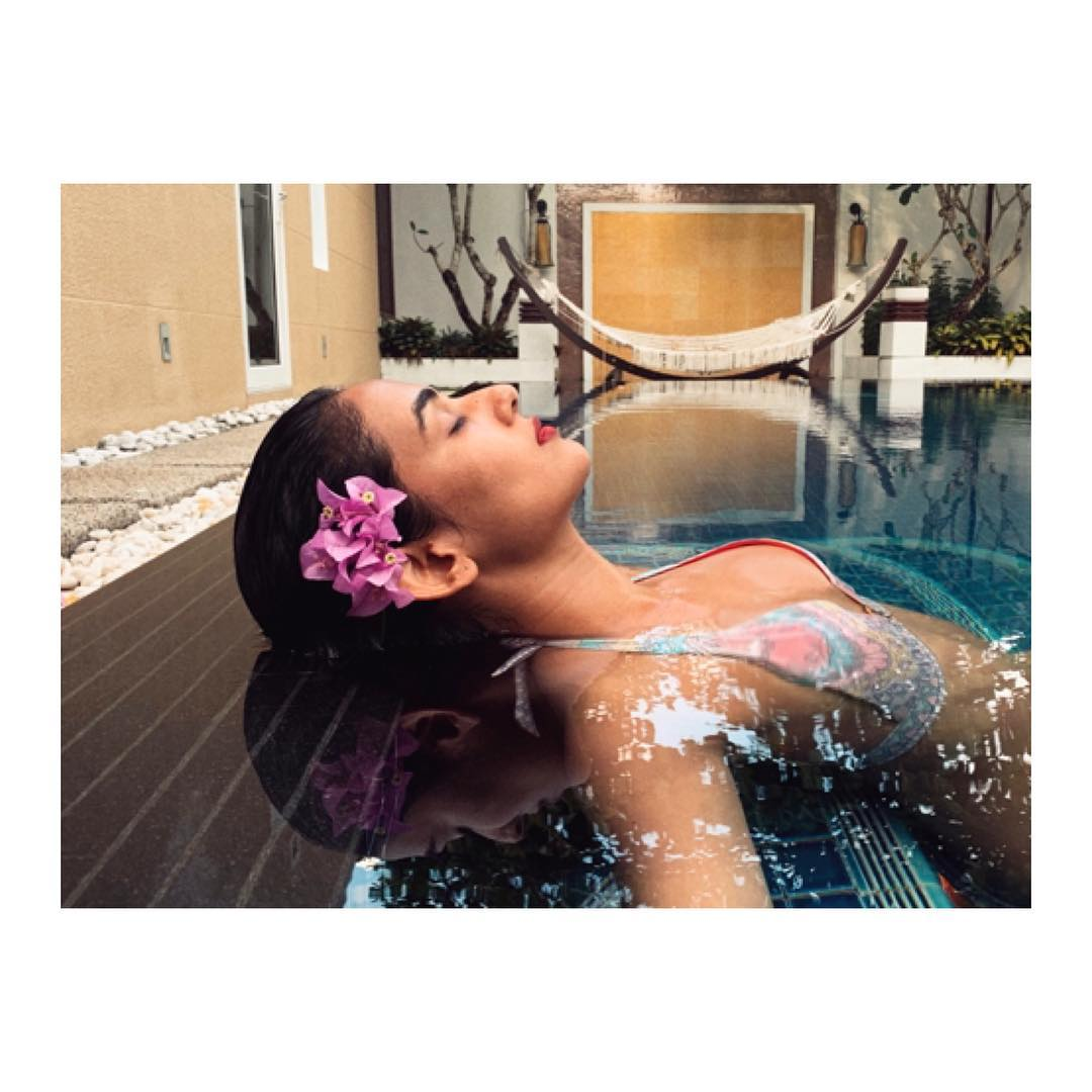 sonal-chauhan-in-bikini-raises-the-heat-in-water