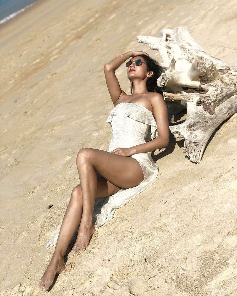 sonal-chauhan-sexy-butt-ass-photos-posing-in-short-dress-laying-on-beach
