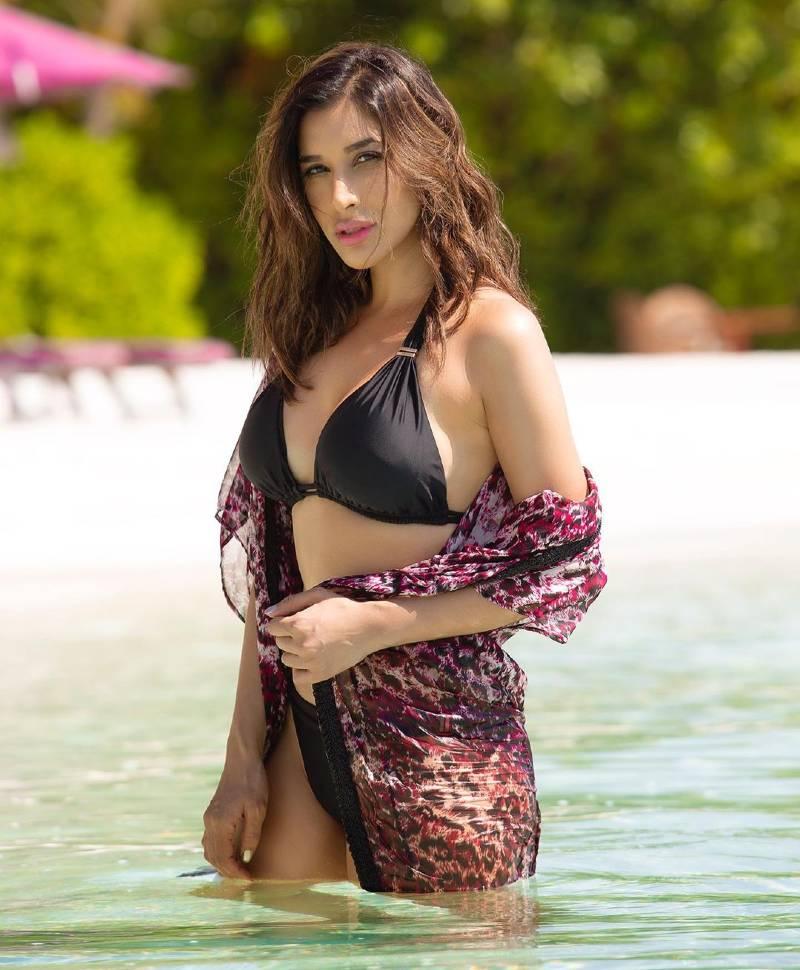 sophie-chaudhary-hot-bollywood-bombshell-in-bikini-raising-the-heat