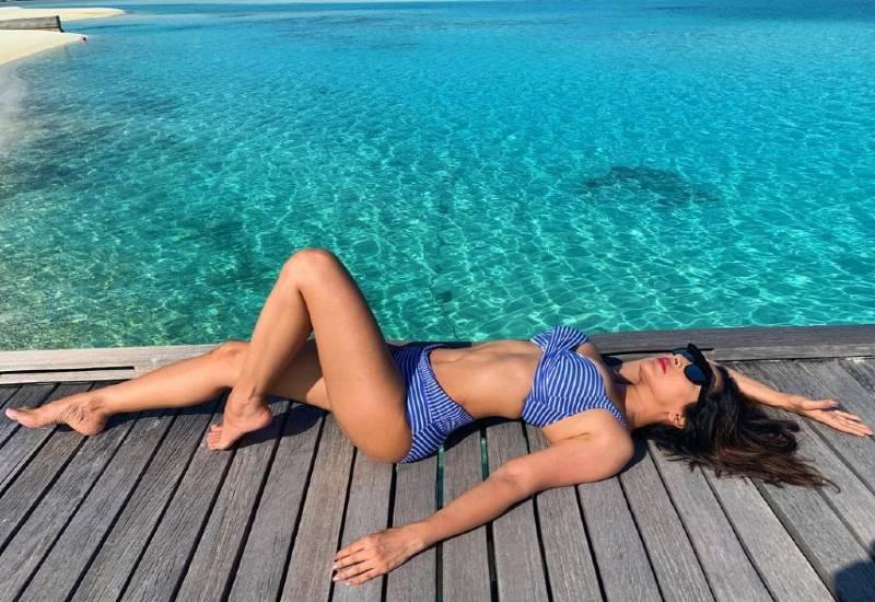 bollywood-bikin-babe-sophie-chaudhary-wearing-bikini-enjoying-her-vacations