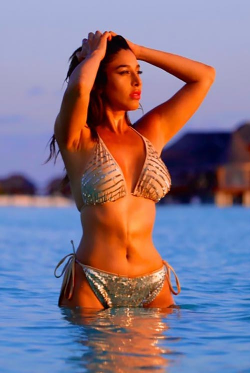 sophie-choudry-golden-bikini-hot-wet-body-sexy-bollywood-actress-images