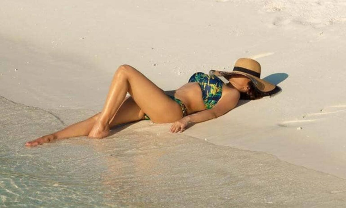 sophie-choudry-hot-ass-photos-in-bikini-laying-on-beach