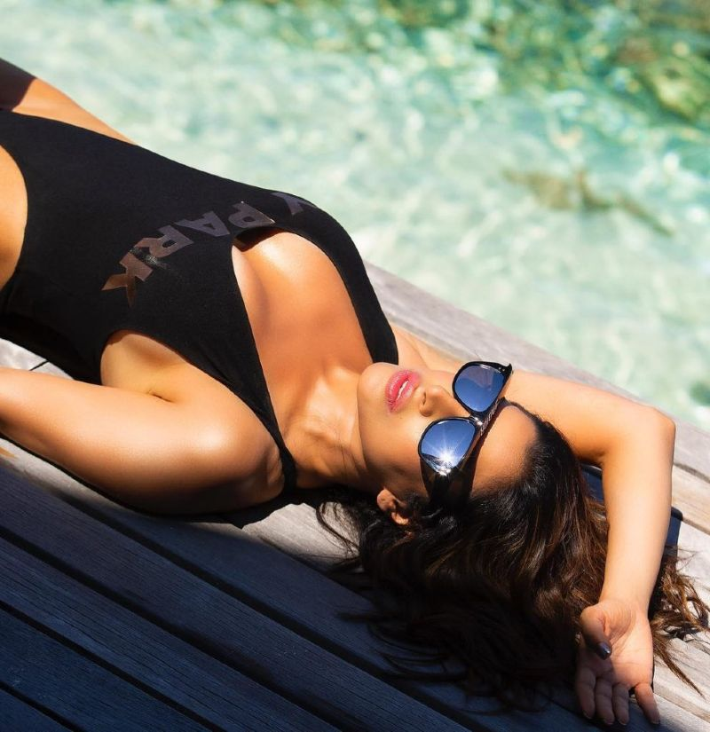 sophie-choudry-hot-bikini-images-showing-deep-cleavage-and-sexy-body