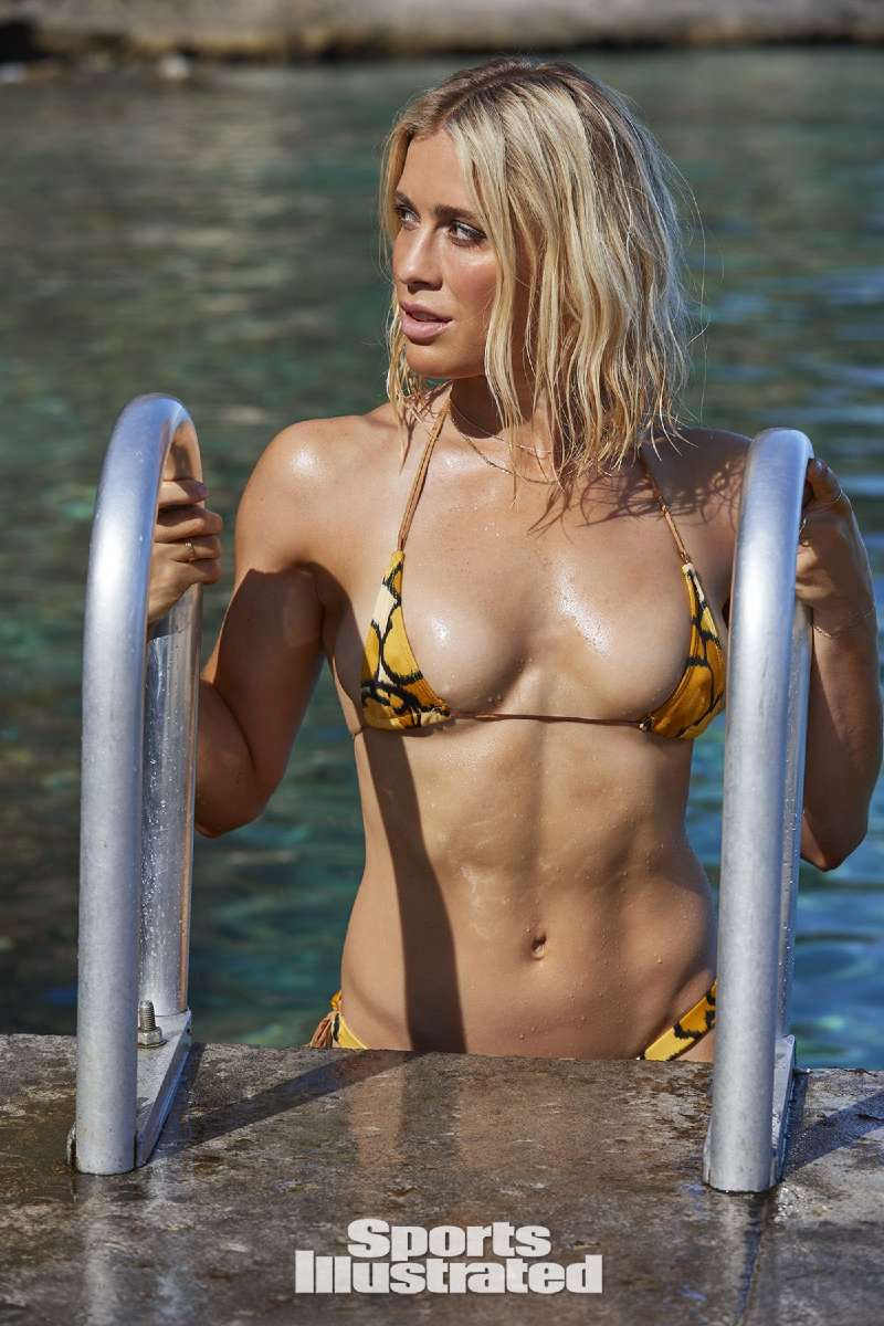 abby-dahlkemper-boobs-images-in-sports-illustrated-swimsuit-photoshoot