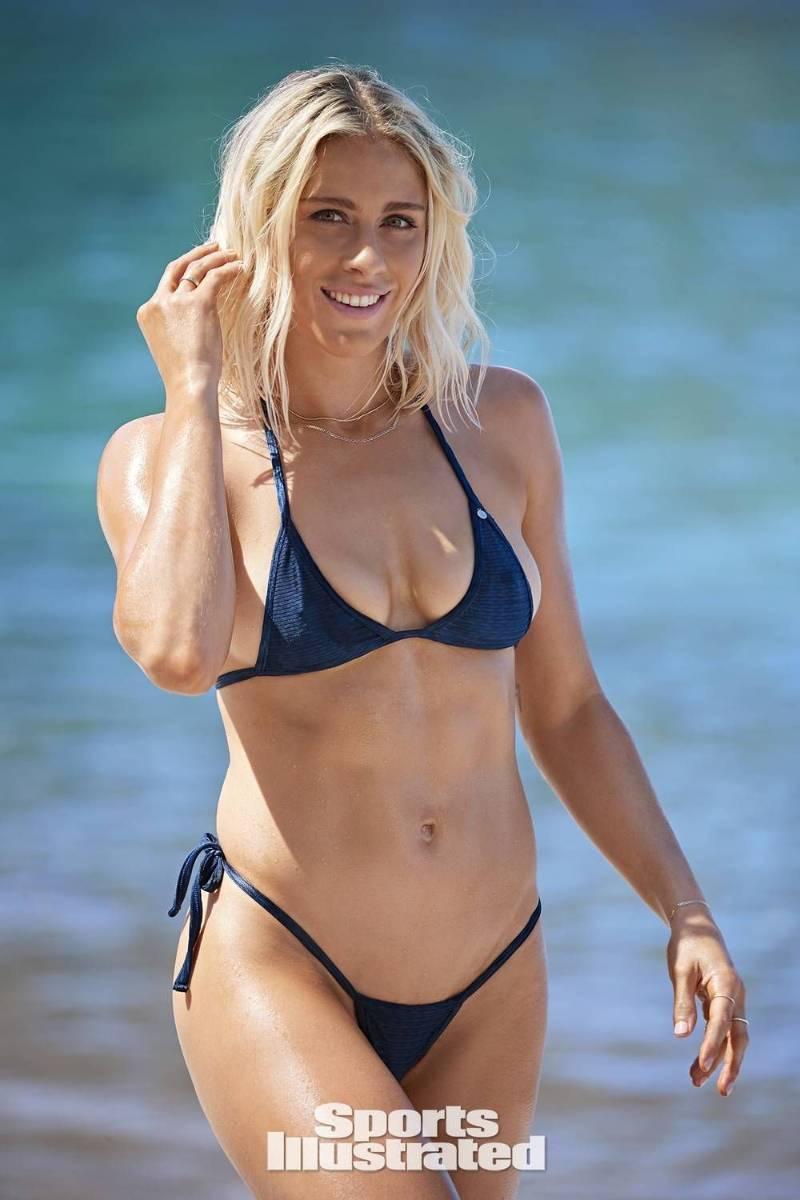 abby-dahlkemper-sexy-body-in-bikini-at-beach