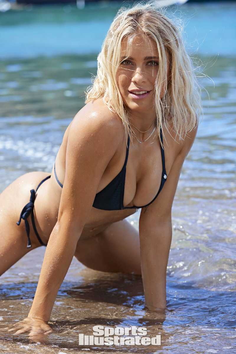 usa-abby-dahlkemper-sports-illustrated-swimsuit-modle-bikini-photoshoot-displaying-her-deep-cleavage