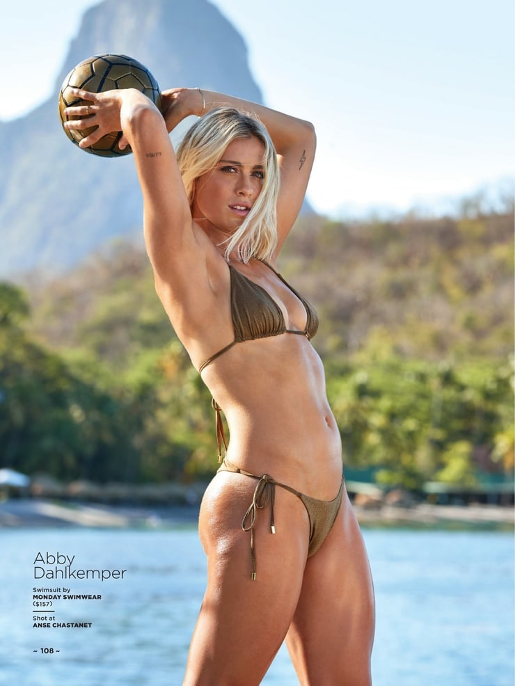 hot-abby-dahlkemper-in-swimsuit-exposing-her-perfect-curvy-body