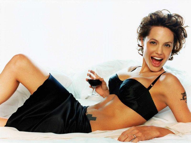 usa-Angelina-Jolie-wearing-bra-shows-off-her-hot-sexy-figure