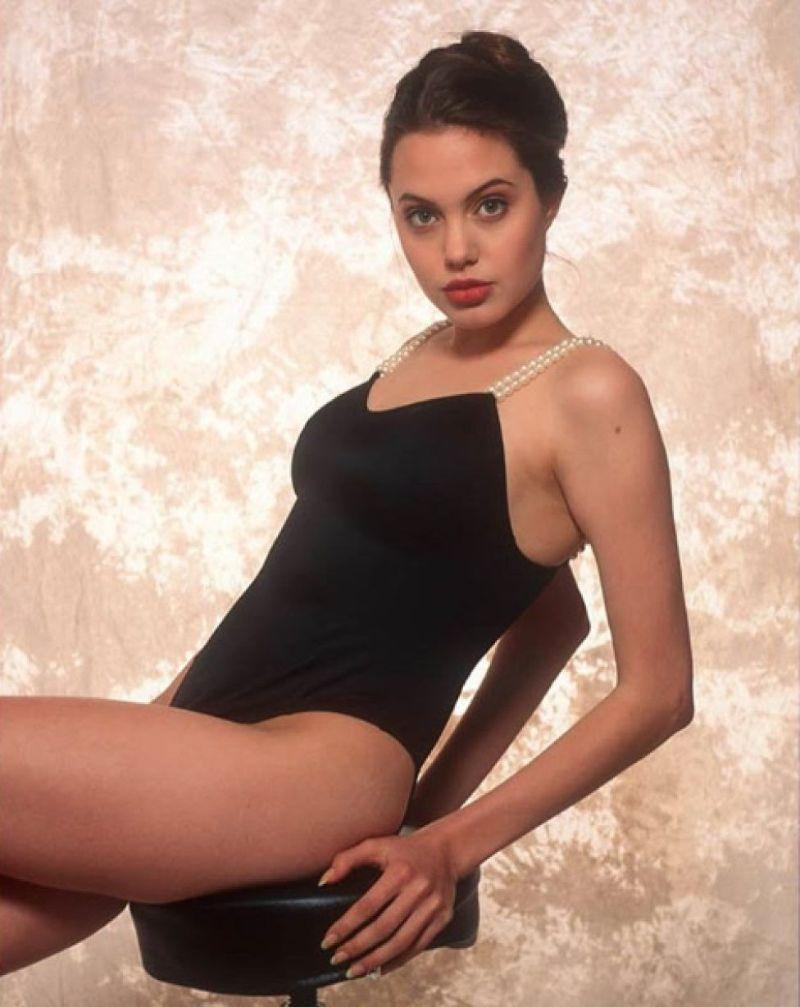 usa-Angelina-jolie-butt-ass-show-in-bikini-in-photoshoot