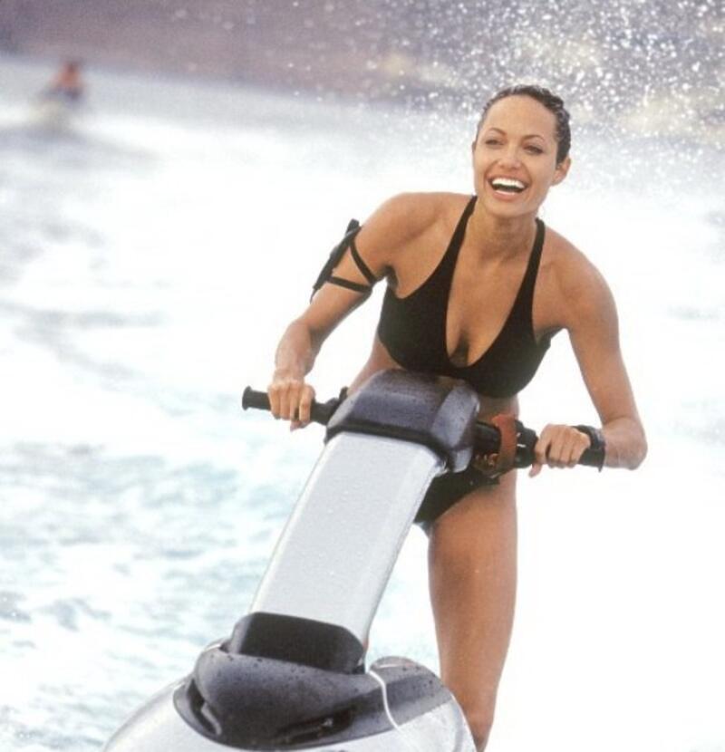 angelina-jolie-bikini-photos-while-having-fun-in-sea-water