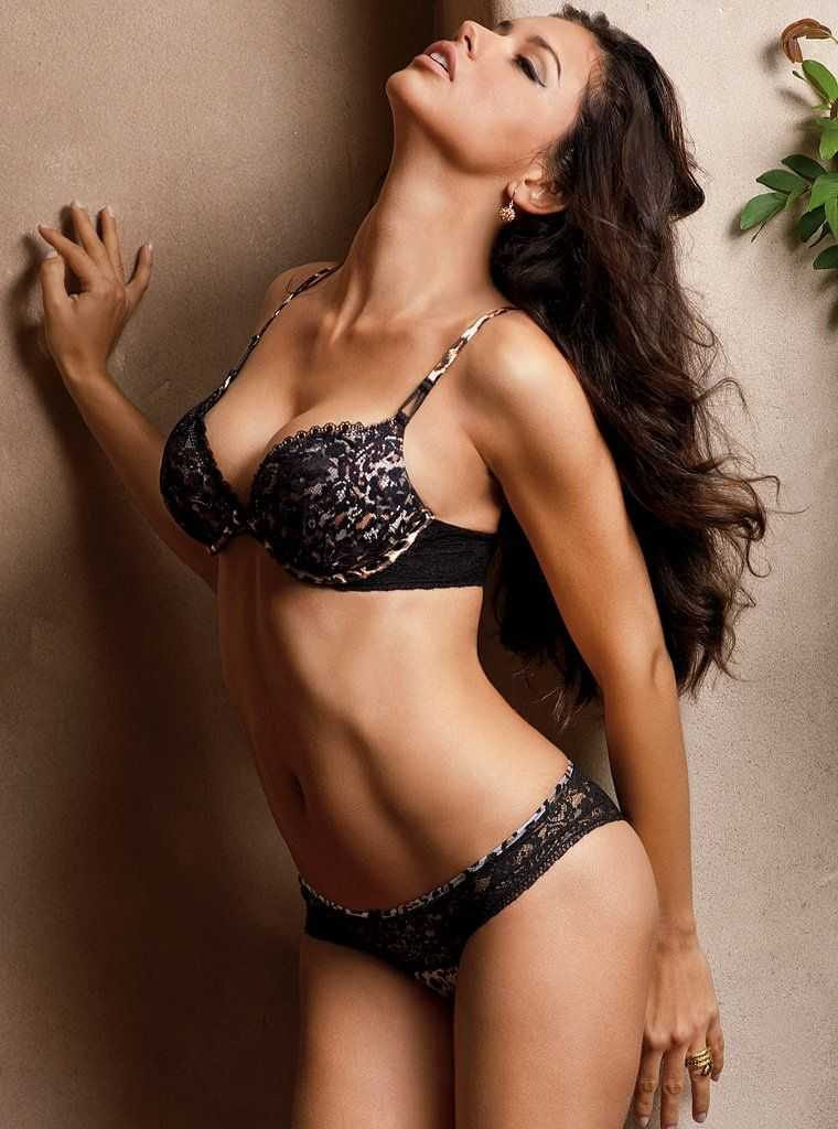 Adriana-Lima-flashes-her-perfect-bikini-body-united-states-of-america
