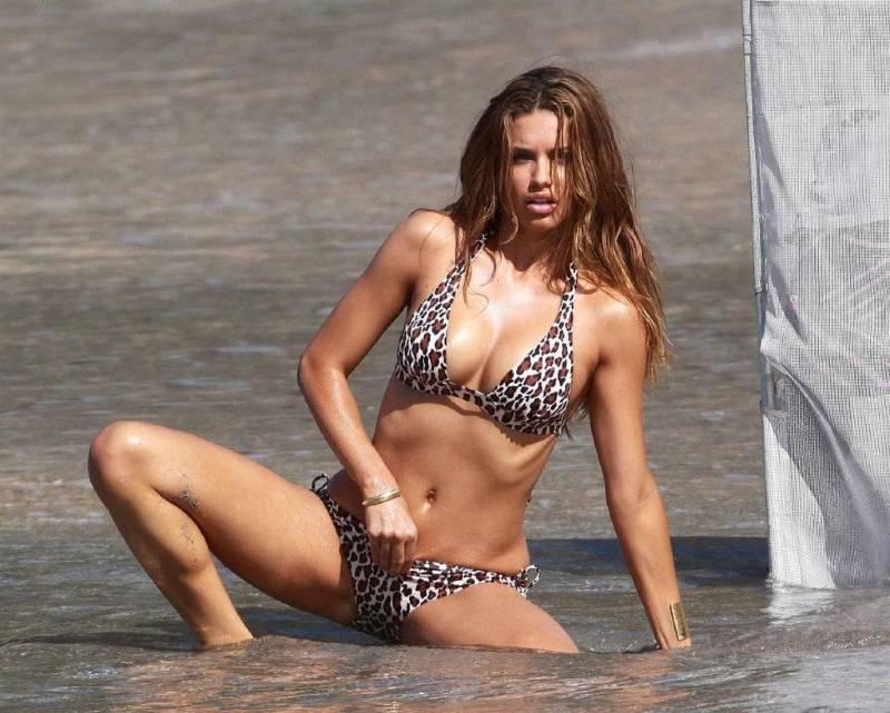 Adriana-Lima-sexy-bikini-images-adjusting-her-bikini-panty-while-photoshoot