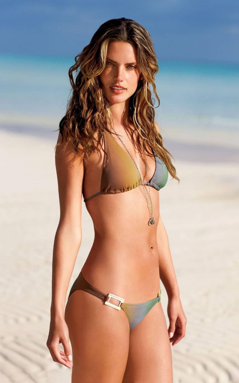 Alessandra-Ambrosio-bikini-pictures-on-beach-shows-off-her-bikini-body-making-others-jealous