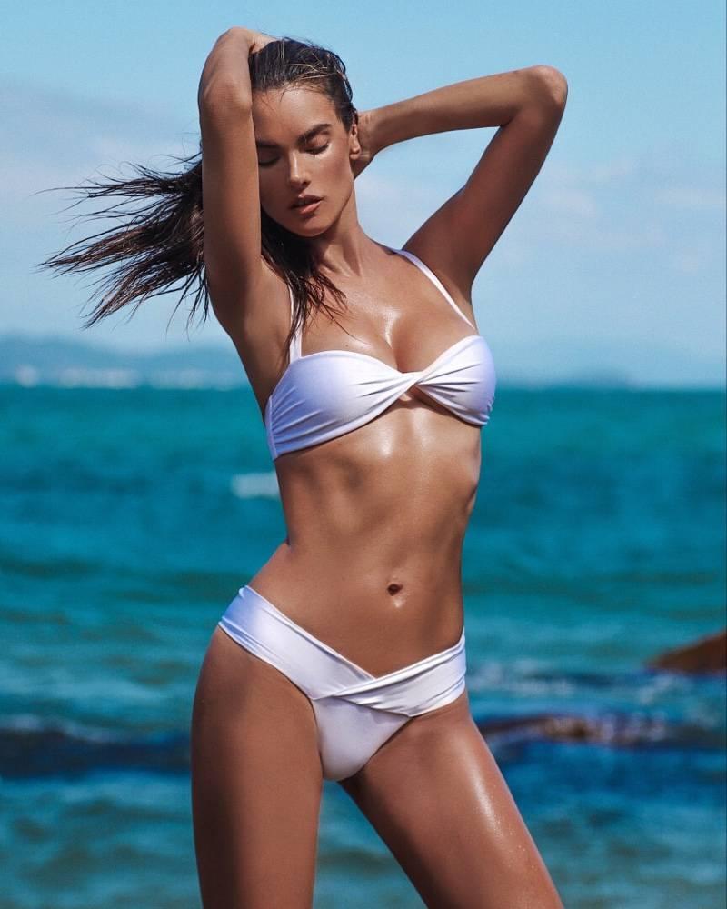 Alessandra-Ambrosio-posing-in-bikini-flaunting-her-hot-bikini-body