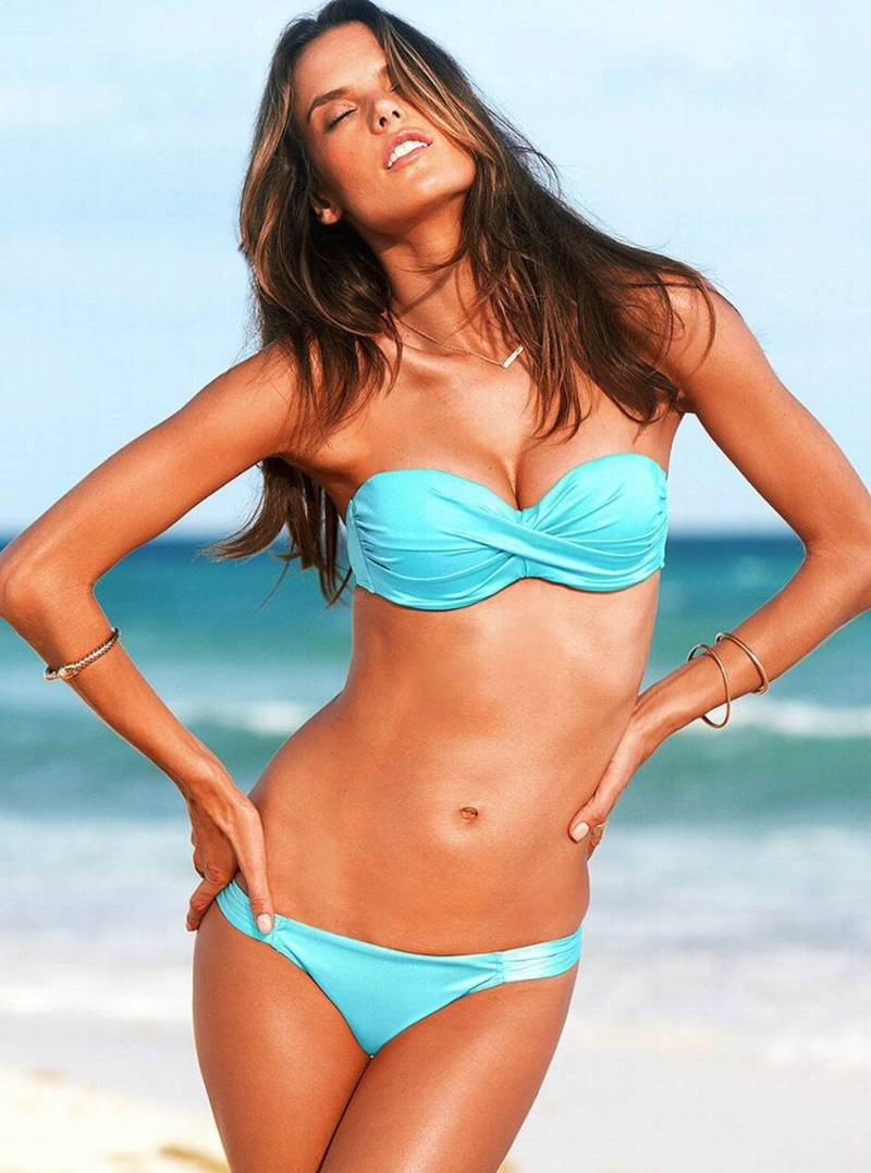 Alessandra-ambrosio-bikini-images-at-beach