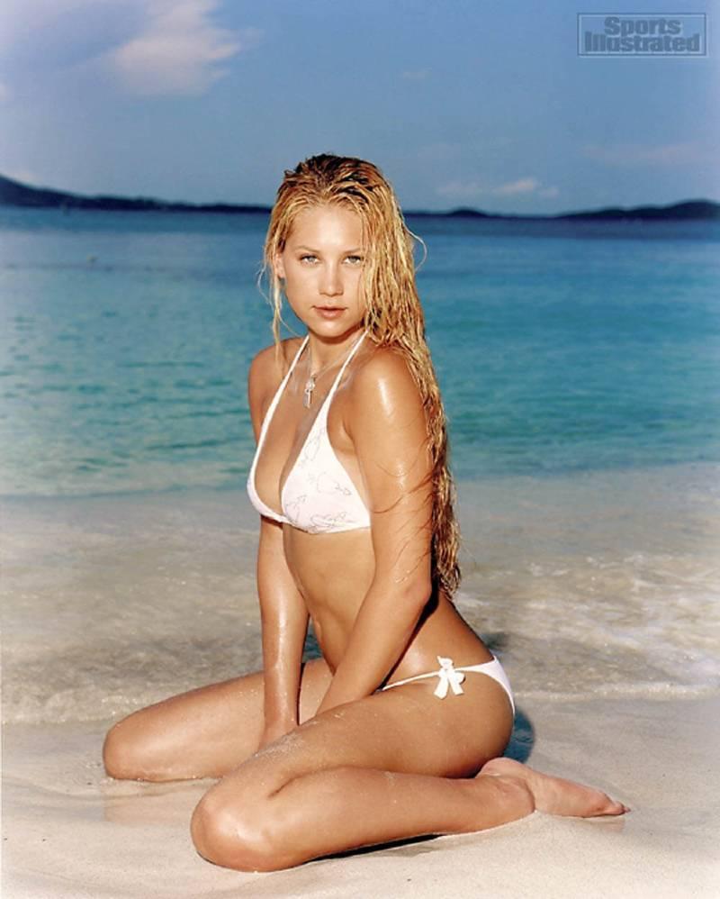 American-hot-player-Anna-Kournikova-hot-bikini-pictures-on-sea-beach