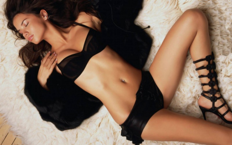 American-model-Adriana-lima-bikini-pictures-on-bed-exposing-her-toned-body