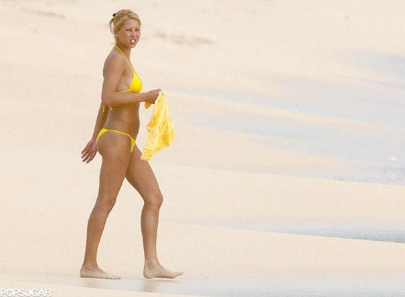 Anna-Kournikova-bikini-photo-at-beach-having-relaxing-time