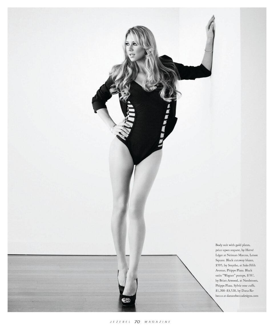 Anna-Kournikova-feet-thighs-legs-images-in-black-swimsuit-pose