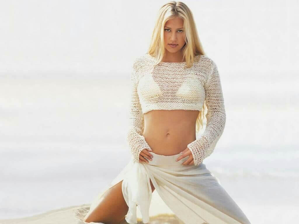 Anna-Kournikova-hot-white-bikini-pictures-flaunting-her-curves