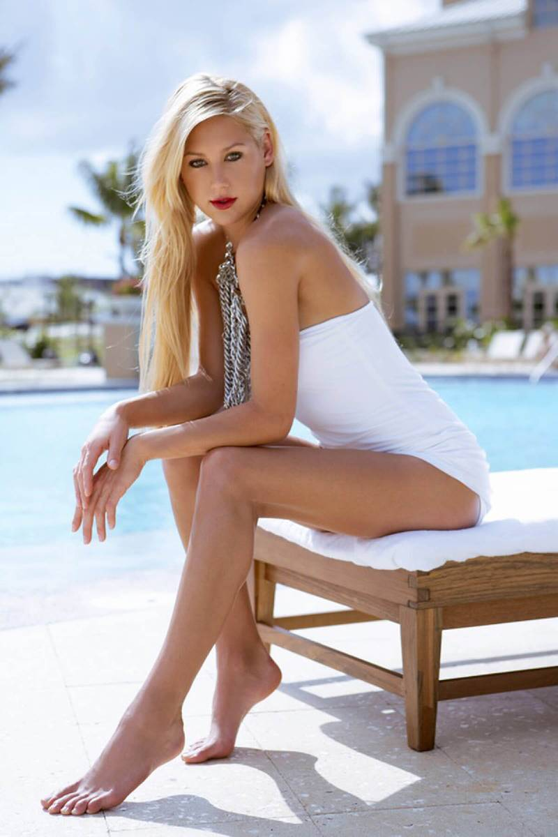 Anna-Kournikova-sexy-thighs-in-bikini-swimsuit-posed-to-show-her-perfect-hot-body-assets