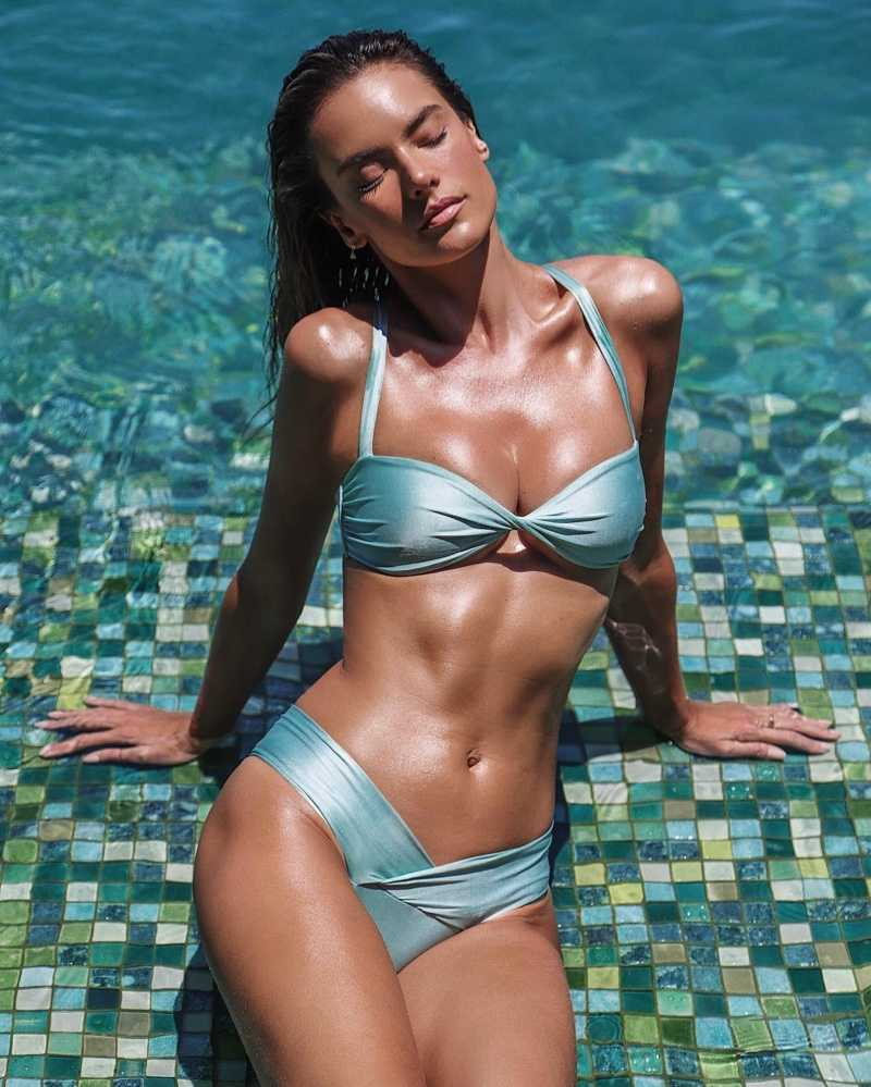 Beautiful-Alessandra-Ambrosio-in-bikini-exposing-her-hot-bikini-body