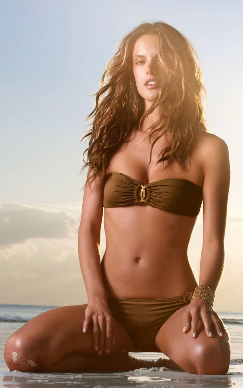 Model-Alessandra-Ambrosio-wearing-bikini-strapless-bra-bikini