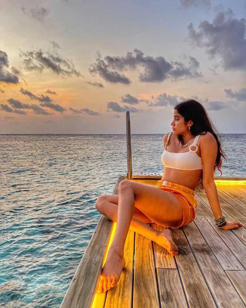 actress-janhvi-kapoor-in-bikini-bra-showing-her-thighs