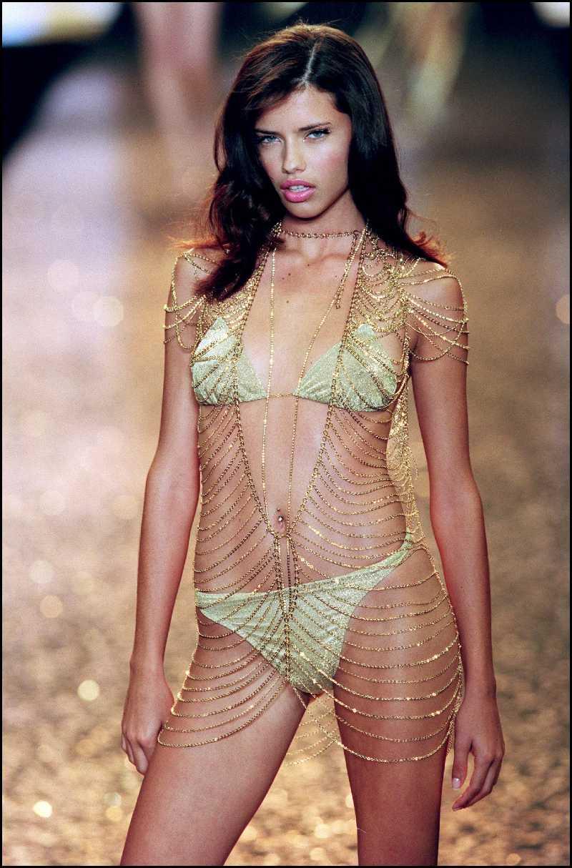 adriana-lima-bikini-lingerie-vs-model-posing-on-ramp