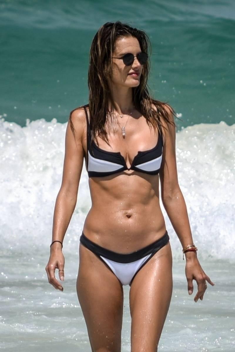 alessandra-ambrosio-in-bikini-on-the-beach-taking-break-to-show-her-sexy-body