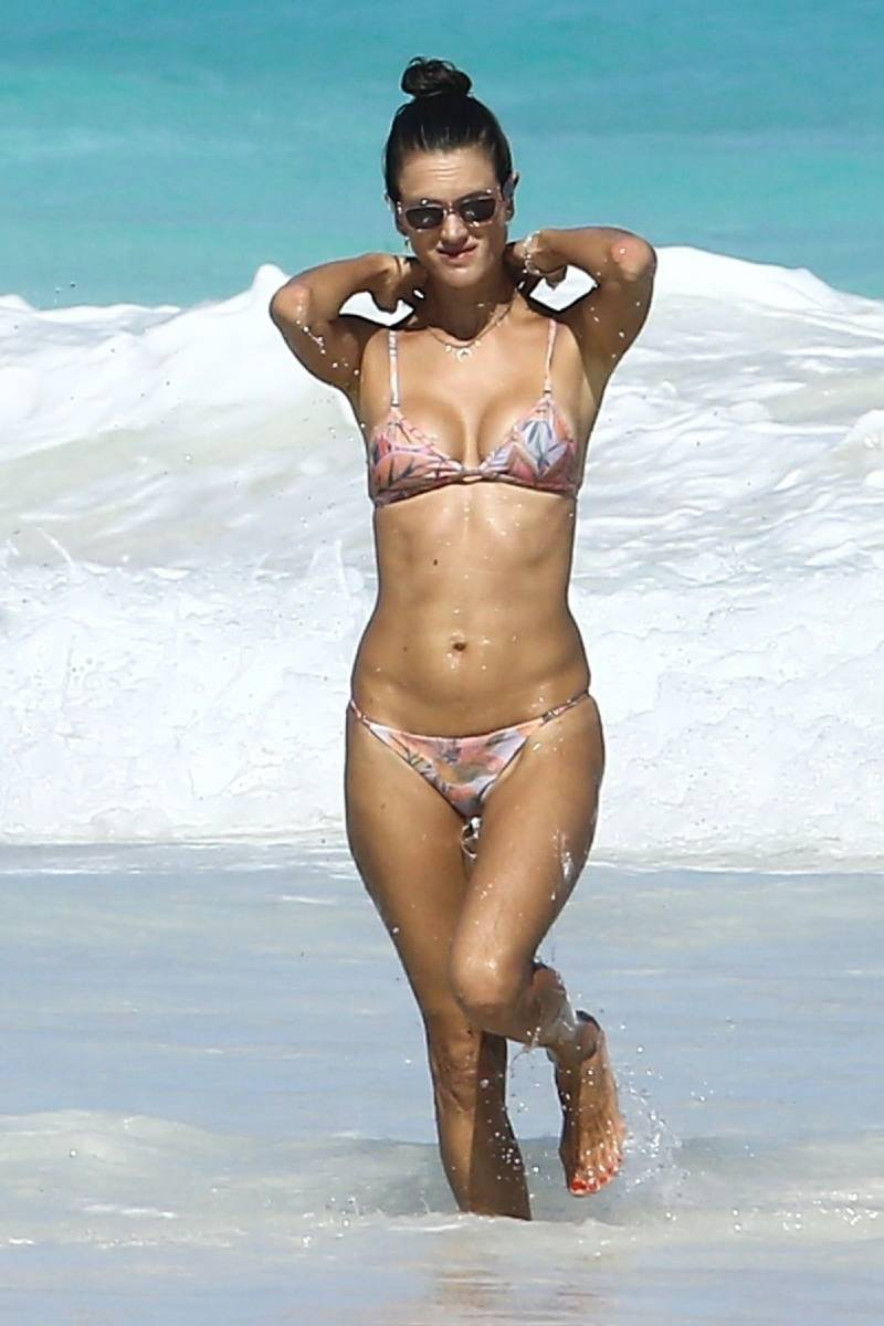 alessandra-ambrosios-model-body-in-bikini-at-a-beach-looks-perfect